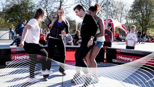 4 unge mennesker spiller bold på Israels Plads under Coca Cola Happy Moves