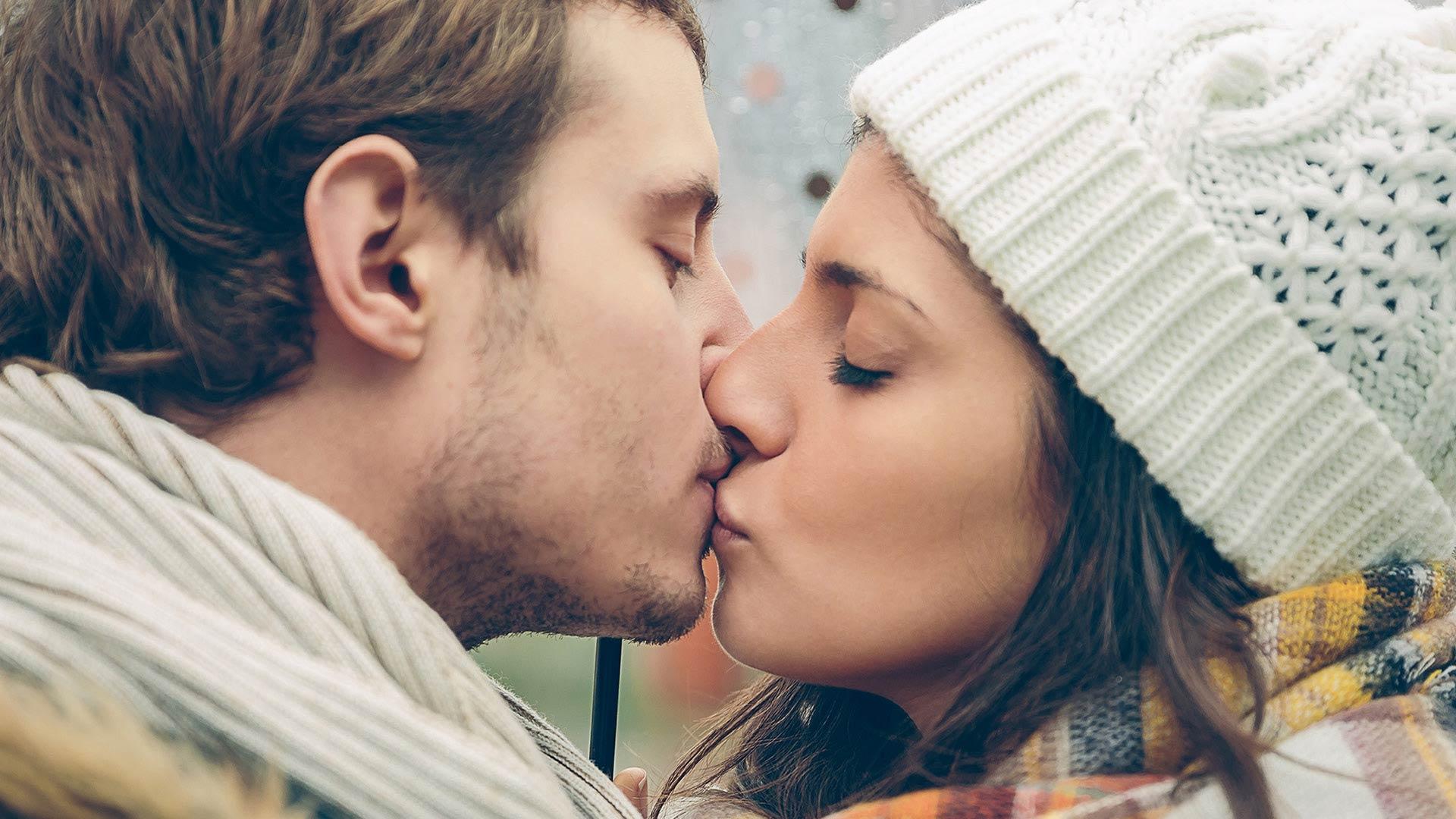 mand og kvinde kysser