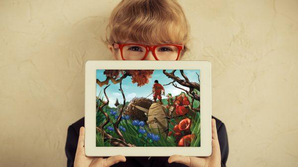 kvinde med røde briller holder iPad op foran ansigtet der viser et billede fra bærfolket kampagnen