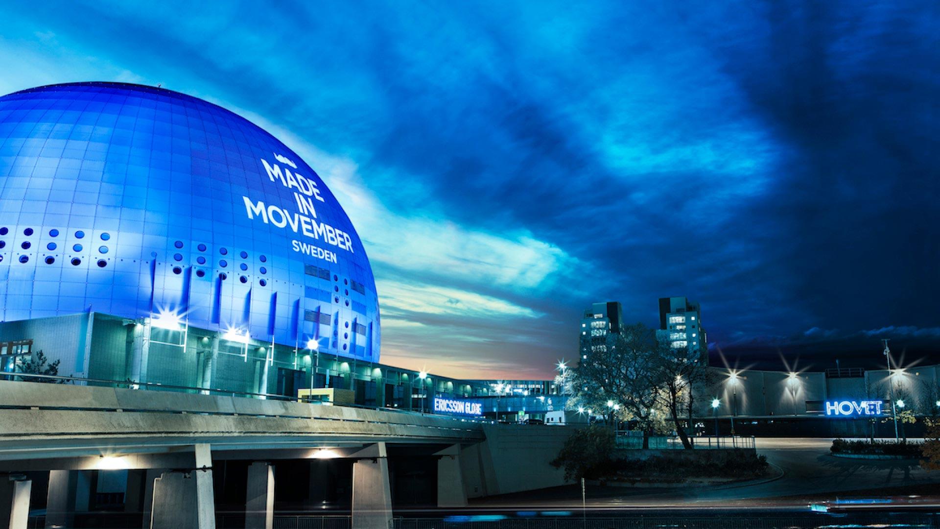 kuppel med slogan fra November kampagnen i sverige oplyst en aften med blåligt skydække og lys i gaderne