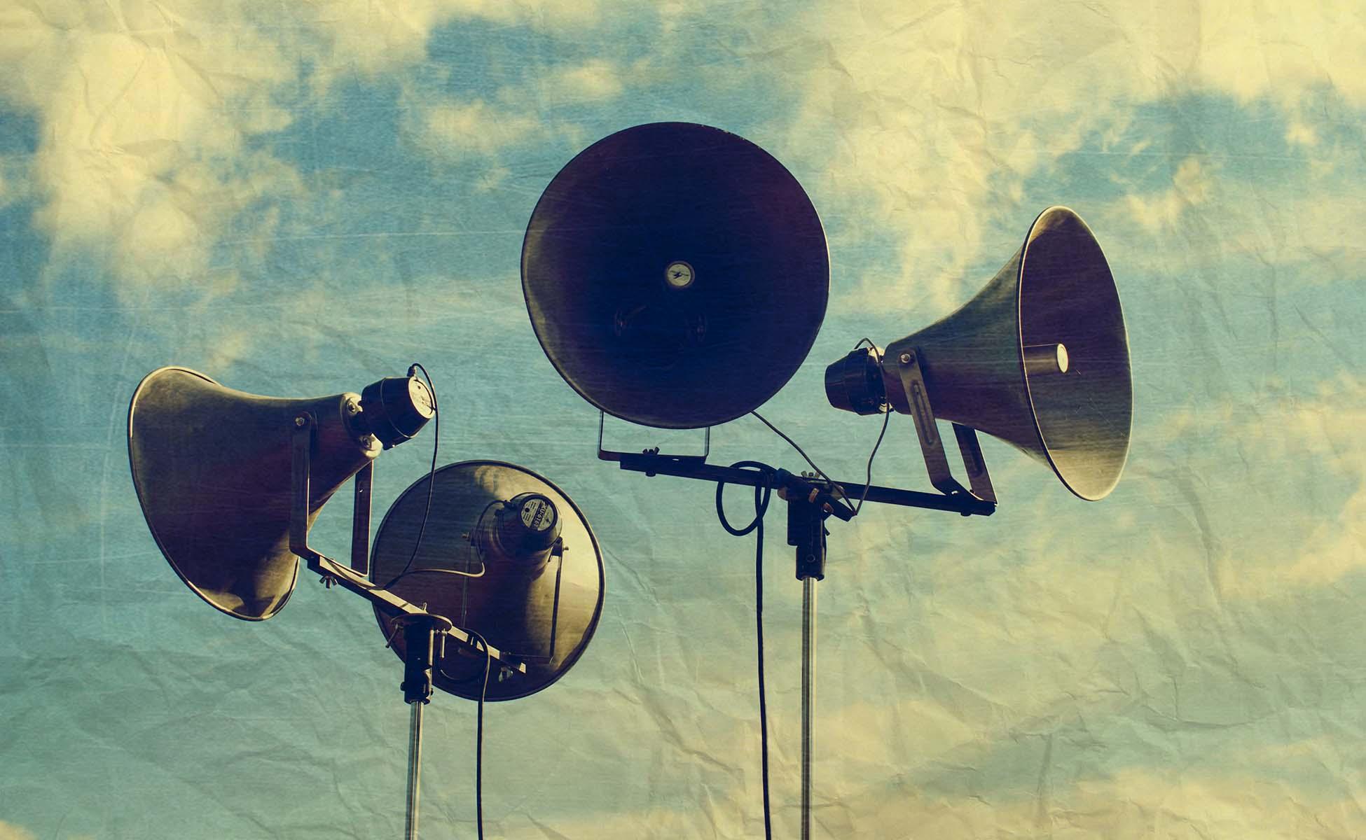 gammeldags højtalere under åben himmel