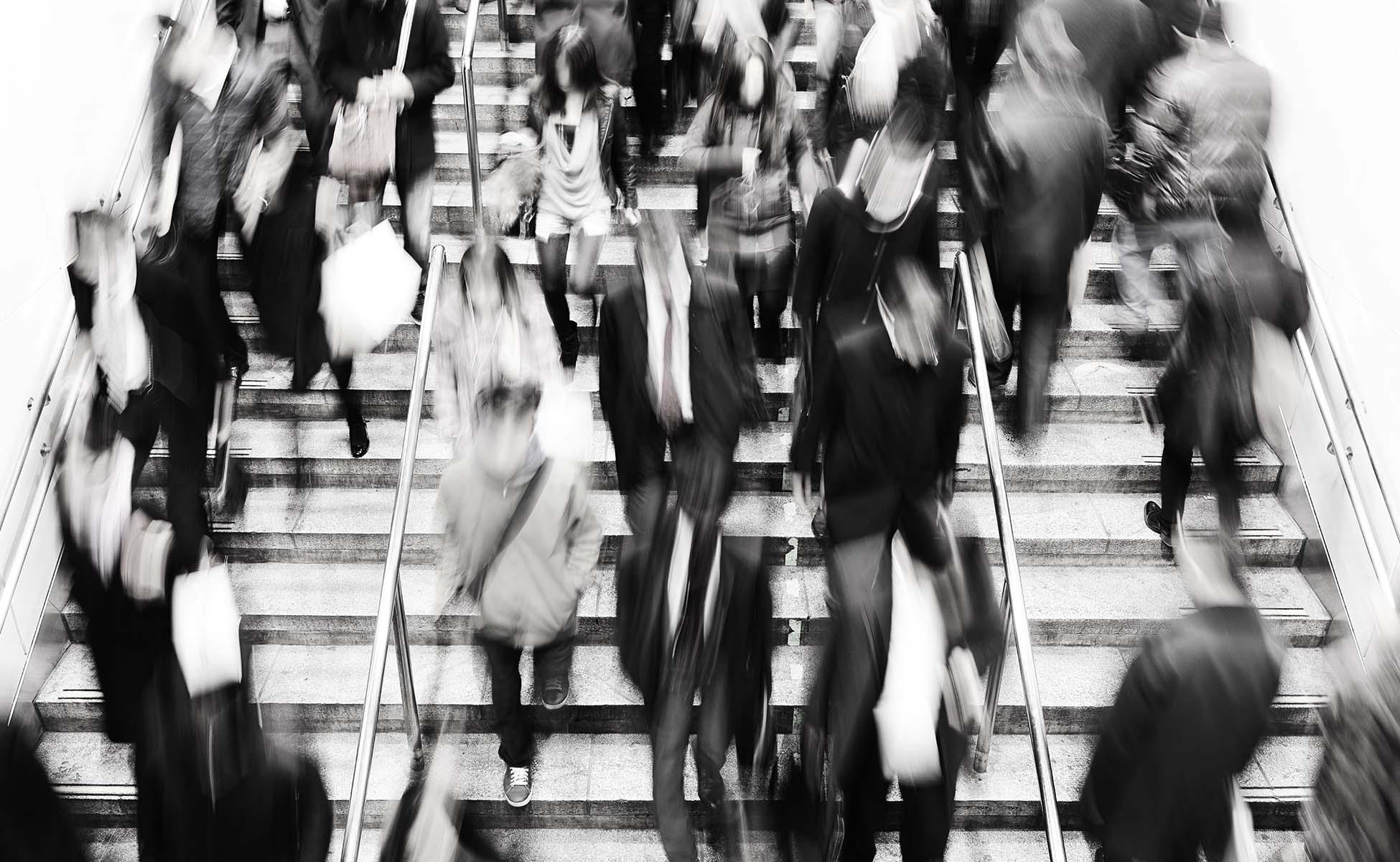 sløret billede af folk på vej op og ned af trapperne