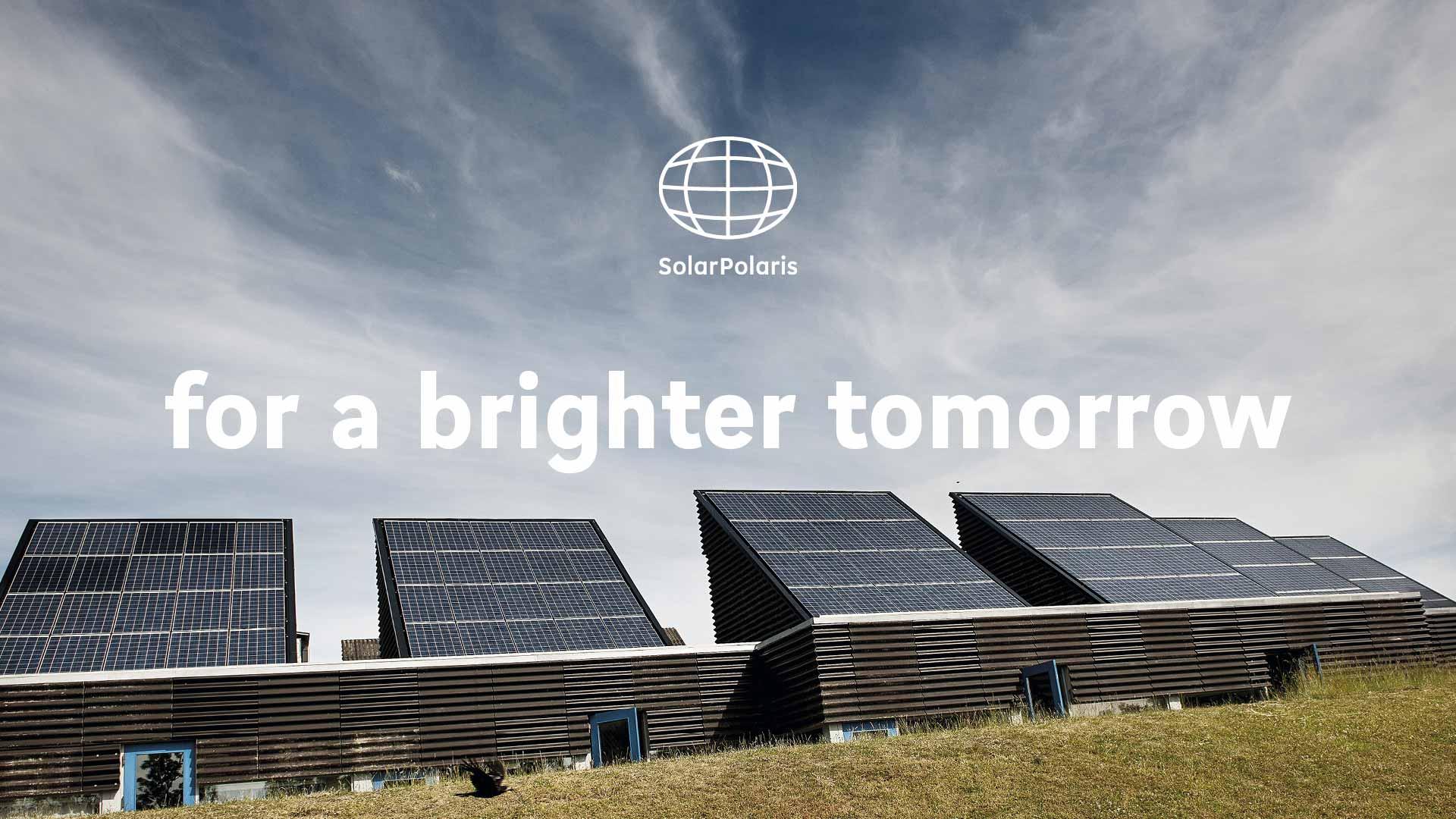 solceller ovenpå hovedkvarter for Solar Polaris med slogan
